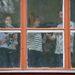 A Kisképző diákjai táncoltak is nekünk ablakdíszítés közben.