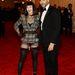 Fekete parókás Madonna egy fél Givenchy-kosztümmel és egy egész Riccardo Tiscivel