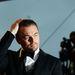 Leonardo DiCaprio üres tekintettel igazítja a haját