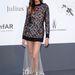 Joan Smalls a Cannes-i amfAR-gála fotófala előtt