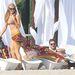 Paris Hilton kutyája játszik a strandkiegészítővel