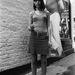 1960: fiatal angol nő áll a kultikus TreCamp ruhabolt előtt. A frizurája Sassoon