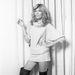 1977: Amanda Lear nem rejtegeti lábait