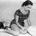 1951: Elizabeth Taylor nagyon rövid ruhában tanulmányozza a szövegkönyvét