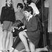 1967: a Chester City High School 625 diákjának szoknyahosszát ellenőrzik. Akié túl rövid, annak bírságot kell fizetnie, csakúgy, mint a hanyagoknak, akiknek a harisnyáján felszaladt a szem. Dorothy W. Preston igazgatónő szerint az ötlet a lányoktól jött, a befolyt pénzt jótékony célokra fordítják