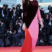 Elisa Sednaoui modell, színésznő és rendezőnő – ruhája bordó, rózsaszín és piros – felmenői franciák, olaszok és egyiptomiak