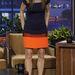 Jay Leno talkshowjában is szerepelt most Bullock, hogy a Gravitációt népszerűsítse. Érdekes ez a ruha, mert a derekat-csípőt eléggé rejti, viszont a combtájékot kiszélesíti egy narancssárga csíkkal