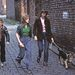 1977: családi kutyasétáltatás Manchesterben