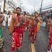 Jönnek a felvonulók Phuketen, éppen a nyelvüket szurkálják