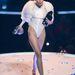 Miley Cyrus fehérben és vicces cigivel