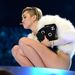 1. Miley Cyrus fehérben és vicces cigivel