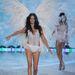 Egy újabb szárny, ezúttal Adriana Lima hátán.