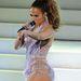 Jennifer Lopez a színpadon, ahol több szerelésben is megjelent