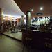 A klub előtere kellemes, borozgató, beszélgetős előtér, szép mozaikos oszlopokkal.