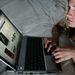 2007-es fotó egy Facebookot böngésző lányról. Ebben az évben már az internetforgalom 1 százalékát adta a MySpace-t is porba tipró oldal.