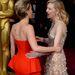 Jennifer Lawrence a 2014-es Oscar-kiosztón Cate Blanchett oldalán, fordított nyakláncban