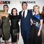 A Mad Men hetedik évadjának hat főszereplője: Kiernan Shipka, Jessica Paré, Elisabeth Moss, Jon Hamm, January Jones és Christina Hendricks. Közülük csak Jessica Paré érkezett menet közben, a többiek mind kezdettől fogva szerepeltek a sorozatban
