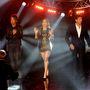 Jennifer Lopez az American Idol március 20-i adásában (a másik két zsűritag Keith Urban és Harry Connick Jr.)