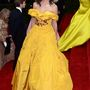 Katie Holmes egy nagyonsárga Marchesa-ruhában