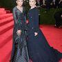 Az óriási férfipizsamát Gianfranco Ferré próbálta meg estélyivé átszabni, míg a másik túlméretes darab a Chaneltől származik