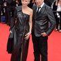 Jean Paul Gaultier divattervező mellett egy szintén francia személy áll, Tonie Marshall színésznő