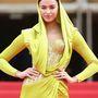 Nem, ez nem egy leselejtezett Seherezádé-kosztüm a sarki jelmezkölcsönzőből, hanem egy estélyi az Atelier Versacétól