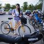 Betti (23, Szentes): Kisgyerekkora óta nyúzza már a kerékpárokat, és szintén munkába menet és kikapcsolódásra használja. Például barátokkal néha eltekernek Csongrádig. A biciklit két éve kapta, 50 ezer forintba fájt.