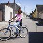 Judit (18, Baja): Nagyjából három-négy éve biciklizik rendszeresen a városban. Edzőterembe és messzebb lakó barátnőihez is biciklivel jár (a kép elkészültekor épp salátát vitt egy baráti grillpartira). Kerékpárjával 3-4 éve vannak együtt, használtan vette 20-30 ezer forint körüli összegért.