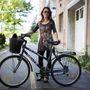 Zsuzsa (38, Baja): Ő szintén gyerekkora óta teker. Szerinte a városban ez a legpraktikusabb közlekedési eszköz, pedig neki autója is van. Tény, hogy a nagy bevásárlásokat azzal intézi. A biciklijét szereti, pedig nem új darab, már 2001 óta szolgálja őt. Anno kb. 25 ezer forintért vette újonnan.