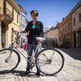 Ulla (28, Pécs): A német lány gyakorlatilag ötéves kora óta folyamatosan kerékpározik, a városban az egyetem és a könyvtár irányába használja inkább a bringát. A gépet ajándékba kapta egy diáktársától. Amúgy vallja, hogy a legkönnyebb közlekedési eszköz a bicikli, bár a reggeli autós csúcsban idegesítő haladni vele.