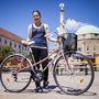 Rebeka (22, Pécs): A Pécsen tanuló szegedi lány is négy éve bicajozik, és szintén a busz helyett használja a bringát. Zömmel az egyetemre jár vele, de szórakozni és bevásárolni is kerékpárral megy. Bringája két éve van meg, használtan kapta, egy rokon hozta Németországból. Szerinte kb. 10 ezer forintot ér.