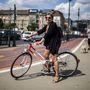 Zsuzsa (69, Budapest, Margit híd): Gyerekkora óta biciklizik, magát ízig-vérig pestinek írta le, aki az utóbbi években kezdett ismét sűrűn tekerni a városban. Bringáját három éve használtan vette 40 ezer forintért. Kifejezetten retró hangulatú biciklit keresett, meg is találta.