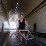 Barbara (28, Budapest, Margit híd): A munkahelye és otthona között biciklizik a legsűrűbben, de áprilistól októberig gyakorlatilag mindenhova bringával jár. Intenzíven 4-5 éve bicajozik, akkor költözött ide Sopronból (amúgy már ott is azzal járt). 8-9 éve jár ezzel a biciklivel, 60 ezer forintért személyesen neki rakták össze.