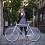 Zsuzsa (28, Budapest, Múzeum körút): Kb. 2006-07 óta biciklizik rendszeresen a városban, munka és otthon között, szórakozni menni és a horányi telekre menet használja. A bringa részben ajándék volt, egynegyed önrésze van benne, a többit a testvére fizette. Egy Kálvin téri bringaboltban vették 130 ezerért 2012 nyarán újonnan, mert elegük lett a használtakból.