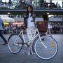 Orsi (26, Budapest, Erzsébet tér): Három éve napi szinten kerékpározik, kivéve télen. Hogy mire használja? Munka, bevásárlás, szórakozás, ügyintézés. Akkora bringás amúgy, hogy a trendi bringás csajoknak kiírt Cyclechick első versenyét is megnyerte. Biciklije egy éve van meg, amúgy 40 éves, de felújíttatta. Van egy 38 éves példánya is.