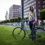 Júlia (26, Budapest, Károly körút): A története öt éve kezdődött, ekkor kezdett az egyetemre járni a biciklijével. Mióta dolgozik, kevesebbet teker, inkább szabadidő eltöltésére használja. Járgánya egyidős vele, 3 éve vette a Vaterán, mivel az előzőt ellopták. 10 ezerbe került, plusz még ennyit ráköltött.