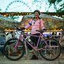 Adri (32, Budapest, Erzsébet körút): Ő a galéria kakukktojása, a futás mellé kiegészítő sportként használja a biciklijét. Néha a fodrászatába is azzal ugrik el, a XII.  kerületből a XIII.-ba. Rózsaszín kerékpárja 25 éves, anyukájától örökölte, anno kb. 35 ezer forintért vették.