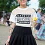 Ő Madeline Dawson, és nem Miley Cyrus. A keményebb arcok tolják ilyen szettben, rövid szoknyában és tetoválással.