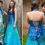 Ők itt Rachel és Tone, akik 164 órát szántak ruháik elkészítésére. Rachel dressze több mint ezer ragasztószalag-háromszögből készült, van hozzá cipő, hajdísz és csuklóvirág is.