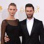 Adam Levine és Behati Prinsloo az Emmy díjak kiosztóján