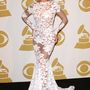 Beyonce pedig szinte minden eseményen átlátszó, áttetsző, nem túl sokat takaró ruhában jelent meg az idén. Januárban ezzel a fehér ruhával indított a Grammy-n, a színpadon azonban már szeméremdombját is megmutatta.