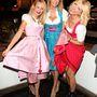 Monica Ivancan az Oktoberfesten két kebelbarátnője között