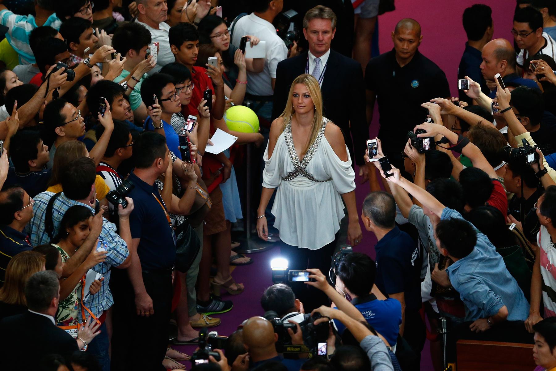 Itt vannak mindannyian, plusz még két teniszezőnő. Balról jobbra: a dám Caroline Wozniacki, Agnieszka Radwanska, Petra Kvitová, Serena Williams, Marija Sarapova, a szerb Ana Ivanovic, Eugenie Bouchard és Simona Halep